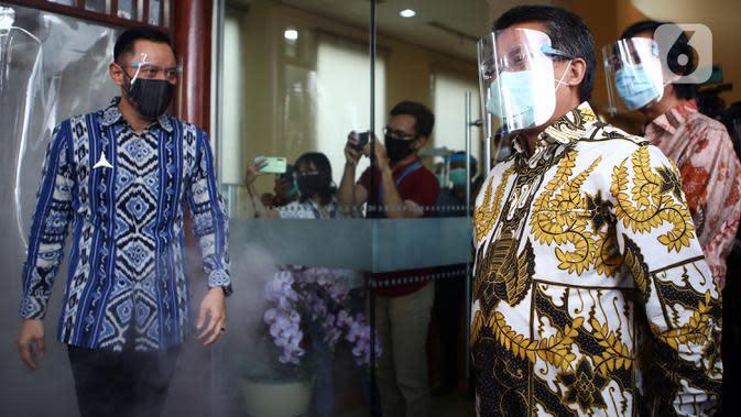 Presiden PKS Sohibul Iman menyambut kunjungan Ketua Umum Partai Demokrat, Agus Harimurti Yudhoyono (AHY) di kantor DPP PKS, Jakarta Selatan, Jumat (24/7/2020). Kedatangan AHY untuk bersilaturahmi dengan para pengurus partai tersebut. (Liputan6.com/Johan Tallo)