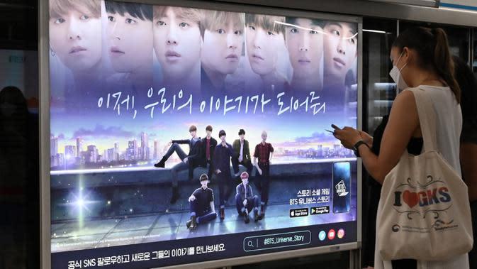 Warga melihat poster komersial anggota boyband K-pop, BTS, di stasiun subway di Seoul, Selasa (1/9/2020). Lagu