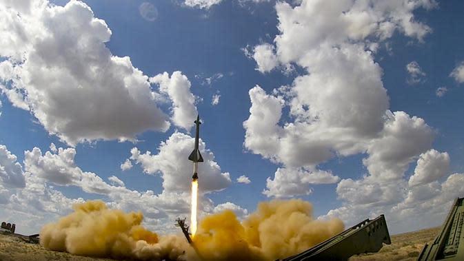 Sebuah roket diluncurkan dari sistem rudal di pangkalan militer Ashuluk, Rusia, 22 September 2020. Belarusia, Armenia, China, Pakistan, dan Myanmar akan ambil bagian dalam latihan tersebut. (Russian Defense Ministry Press Service via AP)