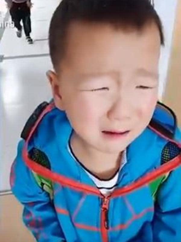 Murid TK di Henan, Tiongkok tak bisa mengenali gurunya setelah kembali ke sekolah usai lockdown. (dok. screenshot video Twitter @SCMPNews)