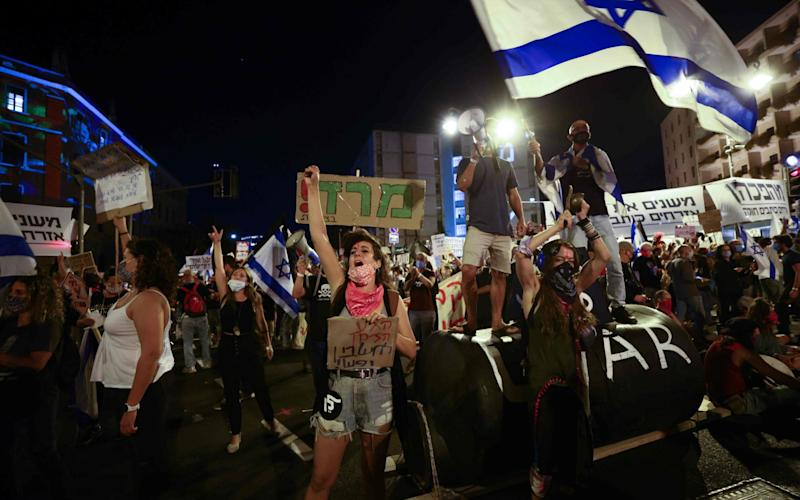 Israeli protesters gather during a demonstration amid a second lockdown in front of Prime Minister Benjamin Netanyahu's residence in Jerusalem - EMMANUEL DUNAND/AFP