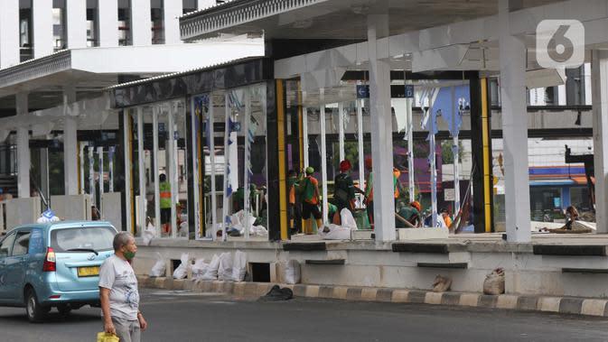 Kondisi halte transjakarta Senen yang masih tahap penyelesaian, Jakarta, Jumat (9/10/2020). Unjuk rasa menentang disahkannya Omnibus Law UU Cipta Kerja berujung aksi anarkis merusak berbagai fasilitas umum pada Kamis malam (8/10). (Liputan6.com/Helmi Fithriansyah)