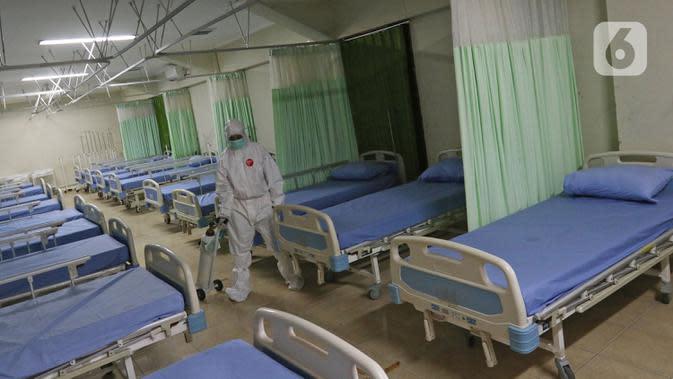 Petugas medis menyiapkan ruang isolasi tambahan di Stadion Patriot Chandrabhaga, Bekasi, Jawa Barat, Rabu (9/9/2020). Hingga Selasa 8 September 2020, menurut data corona.bekasikota.go.id di Bekasi terdapat 1.115 kasus konfirmasi positif. (Liputan6.com/Herman Zakharia)