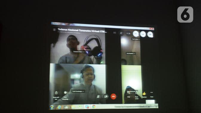 Sejumlah tunanetra membaca Al-Quran braille saat tadarus bersama secara online lewat aplikasi di Jakarta, Selasa (12/5/2020). Di tengah pandemi COVID-19 ini, sejumlah tunanetra melakukan tadarus bersama guna meningkatkan keimanan dan ketakwaan di bulan Ramadan 1441 Hijriah. (merdeka.com/Imam Buhori)