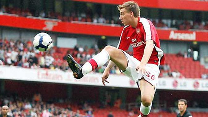 Aksi striker Arsenal, Nicklas Bendtner saat menghadapi Atletico Madrid di ajang Emirates Cup di Emirates Stadium, London, 1 Agustus 2009. AFP PHOTO/IAN KINGTON