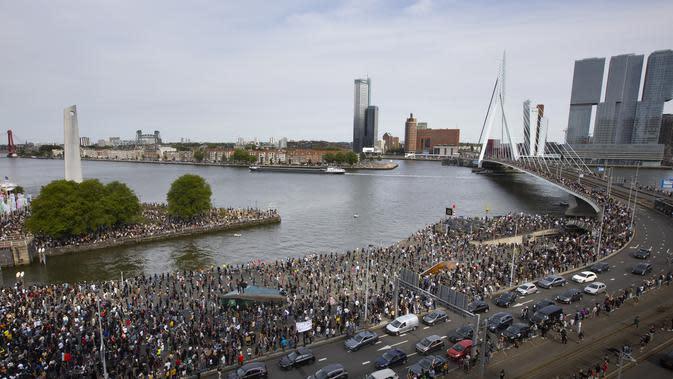Ribuan demonstran memadati Jembatan Erasmus saat berunjuk rasa atas kematian George Floyd di Rotterdam, Belanda, Rabu (3/6/2020). Kematian pria kulit hitam George Floyd saat ditangkap oleh polisi Amerika Serikat memicu kemarahan di sejumlah negara. (AP Photo/Peter Dejong)
