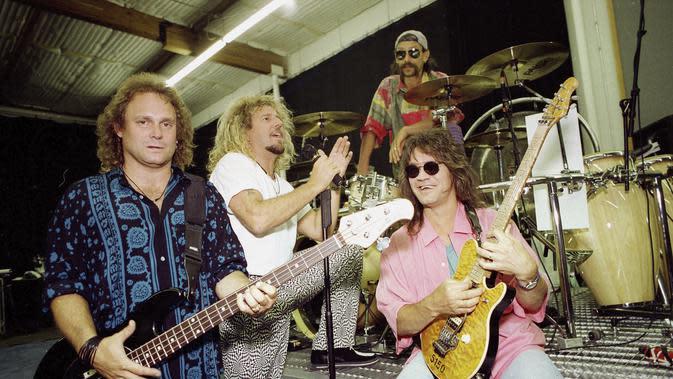 Anggota Van Halen, dari kiri, kiri, Michael Anthony, gitar bass, Sammy Hagar, penyanyi utama, Alex Van Halen, drum, dan Eddie Van Halen, gitar utama muncul di Los Angeles pada 17 Januari 1993. Eddie Van Halen meninggal di umur 65 tahun. (AP Photo/Kevork Djansezian, File)