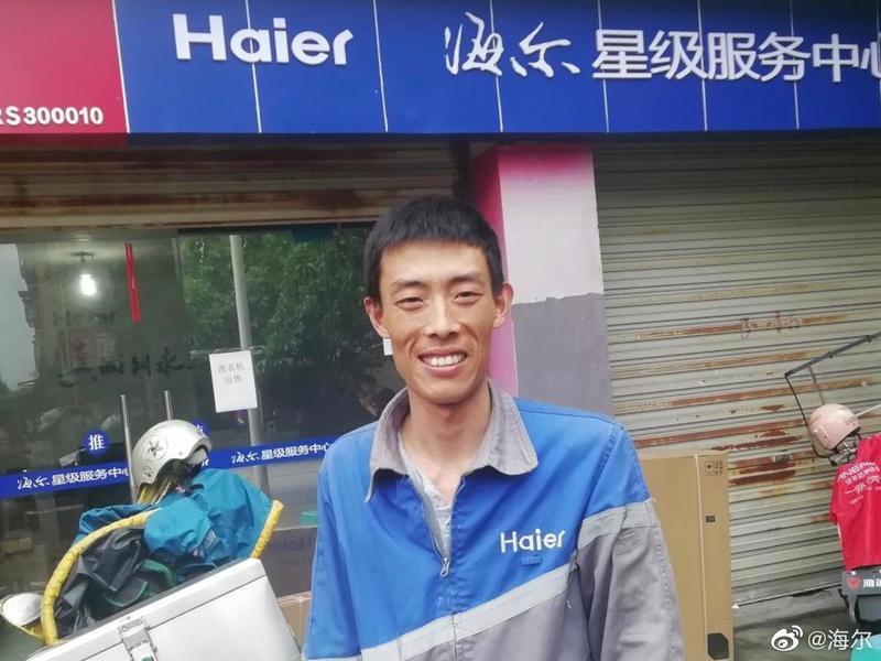中國大陸一名冷氣裝修師傅胡雲川,因救女童而獲得公司表揚和致贈公寓。(圖/翻攝自海爾微博)