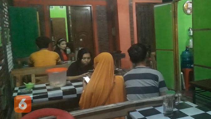 Para pembeli sedang menunggu pesanan mi pedas dari singkong (Liputan6.com/Komarudin)