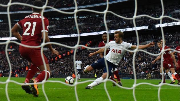 <p>Maradona warns Kane that goalkeepers are watching</p>
