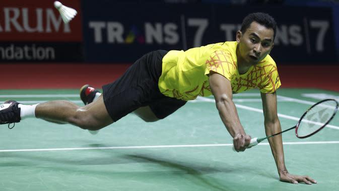 Aksi Tommy Sugiarto pebulutangkis Indonesia saat melawan Chen Long pada babak pertama Indonesia Open 2019 di Istora Senayan, Jakarta, Rabu (17/7/2019). (Bola.com/Peksi Cahyo)