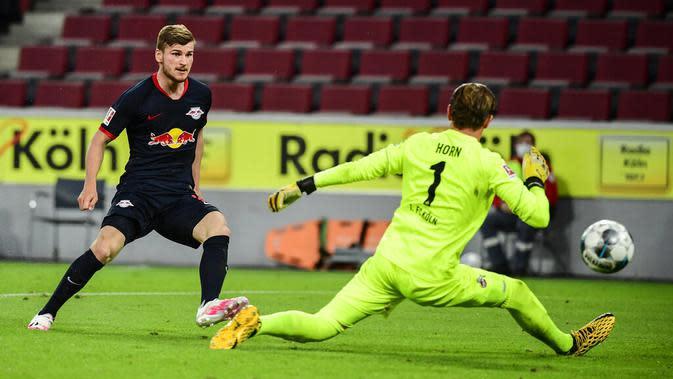 Striker RB Leipzig, Timo Werner, mencetak gol ke gawang Koln pada laga Bundesliga di Stadion Rhein Energie, Senin (1/6/2020). RB Leipzig menang dengan skor 4-2. (AP/Ina Fassbender)
