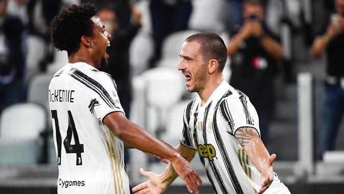 Pemain Juventus Weston McKennie (kiri) dan Leonardo Bonucci merayakan gol Bonucci ke gawang Sampdoria pada pertandingan Serie A di Stadion Allianz, Turin, Italia, Minggu (20/9/2020). Juventus menaklukkan Sampdoria dengan skor 3-0. (Marco Alpozzi/LaPresse via AP)
