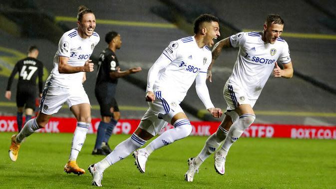 Penyerang Leeds United, Rodrigo, melakukan selebrasi usai mencetak gol ke gawang Manchester City pada laga Liga Inggris di Stadion Elland Road, Sabtu (3/10/2020). Kedua tim bermain imbang 1-1. (Paul Ellis/Pool via AP)