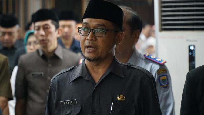 Bonie Nugraha Permana (47), seorang penghayat kepercayaan mengucapkan sumpah jabatan sebagai Pegawai Negeri Sipil (PNS) di lingkungan Pemerintahan Kota Bandung.