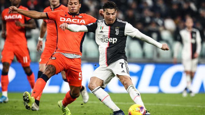 Striker Juventus, Cristiano Ronaldo, berusaha membobol gawang Udinese pada laga Serie A di Stadion Allianz, Turin, Minggu (15/12). Juventus menang 3-1 atas Udinese. (AFP/Isabella Bonotto)