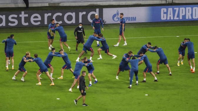 Para pemain Sevilla melakukan latihan jelang laga Piala Super Eropa di Puskas Arena, Hungaria, Kamis (24/9/2020). Sevilla akan berhadapan dengan Bayern Munchen. (Laszlo Szirtesi/Pool via AP)
