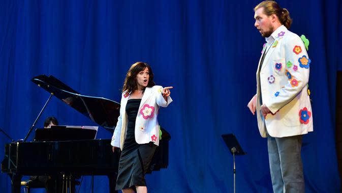 Sejumlah artis tampil dalam konser luar ruangan yang diadakan di Palm Garden di Frankfurt, Jerman, pada 1 Agustus 2020. Serangkaian konser diadakan di Frankfurt mulai 1 hingga 30 Agustus dengan langkah-langkah pengendalian dan pencegahan COVID-19 yang ketat. (Xinhua/Lu Yang)