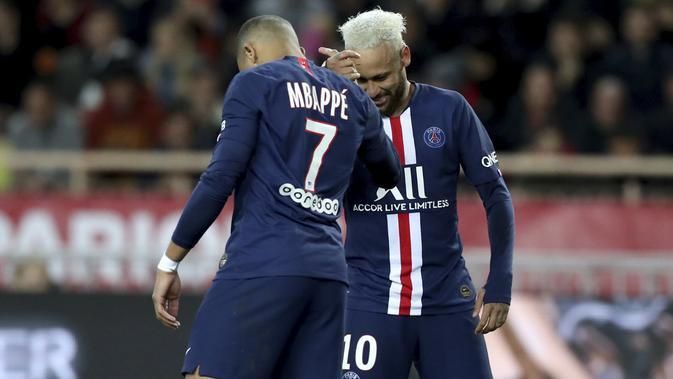 Penyerang PSG, Neymar (kanan) berselebrasi dengan Kylian Mbappe usai mencetak gol ke gawang AS Monaco pada pertandingan lanjutan Liga Prancis di Stadion Louis II, Monaco (15/1/2020). PSG menang telak atas Monaco 4-1. (AP Photo/Daniel Cole)