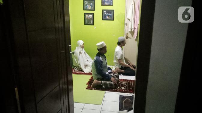 Warga melaksanakan salat Tarawih berjemaah di rumah di kawasan Tangerang, Rabu (29/4/2020). Kementerian Agama sebelumnya telah mengeluarkan surat edaran Nomor 6 Tahun 2020 yang meminta umat muslim untuk salat Tarawih bersama keluarga inti di rumah selama bulan Ramadan. (Liputan6.com/Angga Yuniar)