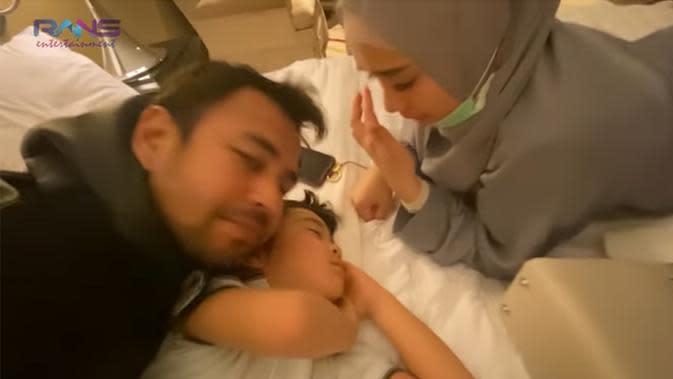 Raffi Ahmad dan Gigi akan melanjutkan ke Jepang, sedangkan rombongan yang lain akan kembali ke Jakarta. Saat akan berangkat, Raffi dan Gigi pamit. Saat keduanya akan pamit, Rafathar pura-pura tidur. (Instagram/raffinagita1717)
