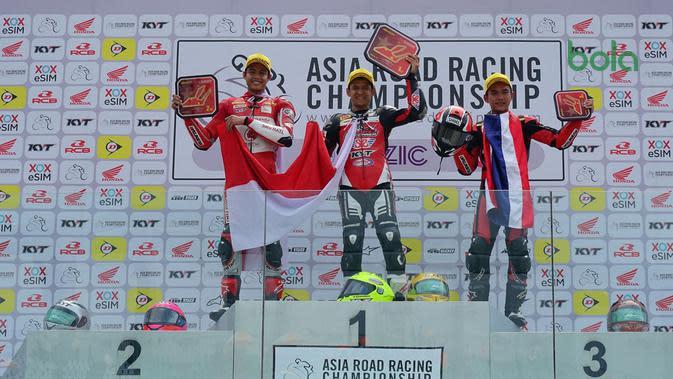 Pembalap binaan PT Astra Honda Motor (AHM) Irfan Sanjaya (kiri) berhasil raih podium kedua dan kedua pada balapan kedua di ajang ARRC 2019 seri ke-5 di Zhuhai International Circuit China (11/8/2019). (Bola.com/Dok. AHM)