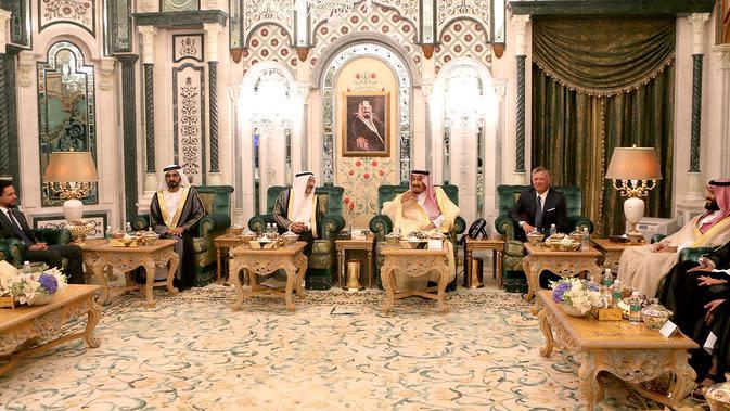 Pertemuan Raja Arab Saudi Salman bin Abdulaziz bersama Emir Kuwait Sheikh Sabah Al-Ahmad Al-Jaber Al-Sabah dan PM UEA Sheikh Mohammed bin Rashid Al-Maktoum dengan Raja Yordania Abdullah II di Mekah , Senin (11/6). (Bandar Al-Jaloud/Saudi Royal Palace/AFP)