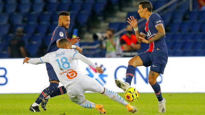 Pemain Paris Saint-Germain (PSG), Angel Di Maria, berebut bola dengan pemain Marseille, Jordan Amavi, pada laga Ligue 1 di di Stade de France, Senin (14/9/2020). PSG takluk 0-1 dari Marseille. (AP Photo/Michel Euler)