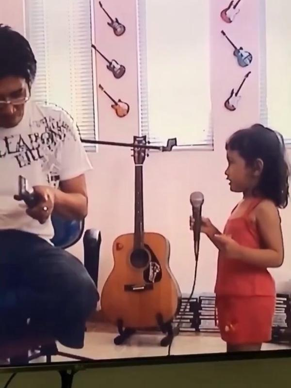 Beberapa kali Chacha mengatakan kalau Papinya selalu mendukung ia untuk terjun di dunia hiburan. Ini buktinya, Parto mengajarkan Chacha bernyanyi, meskipun kala itu buah hati masih sangat belia. (Instagram/partopatrio)