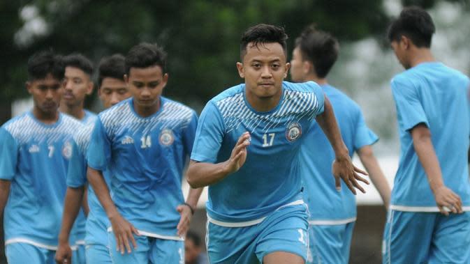 Pemain muda Arema FC, Dio Permana, memutuskan hengkang ke Persela Lamongan, Senin (11/12/2017). (Bola.com/Iwan Setiawan)