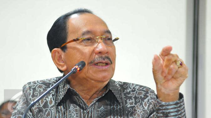 Komisaris Utama Pertamina, Tanri Abeng memberikan keterangan pers di Jakarta, Jumat (3/2). RUPS Pertamina hari ini memutuskan mencopot Direktur Utama Dwi Soetjipto dan Wakil Direktur Utama Ahmad Bambang dari jabatannya. (Liputan6.com/Angga Yuniar)