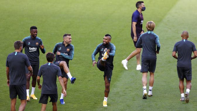 Para pemain Barcelona melakukan pemanasan selama sesi latihan di stadion Da Luz, Lisbon, Portugal (13/8/2020). Barcelona akan bertanding melawan Bayern Munchen pada perempat final Liga Champions di Estadio da Luz. (Rafael Marchante/Pool via AP)
