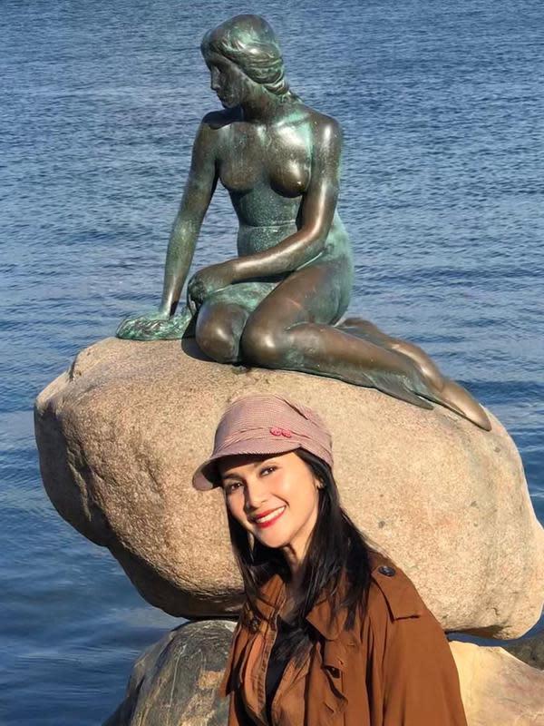 Maudy Koesnaedi foto di dekat patung Little Mermaid saat berada di Denmark (Dok.Instagram/@maudykoesnaedi/https://www.instagram.com/p/Bzr4ckWnnOg/Komarudin)