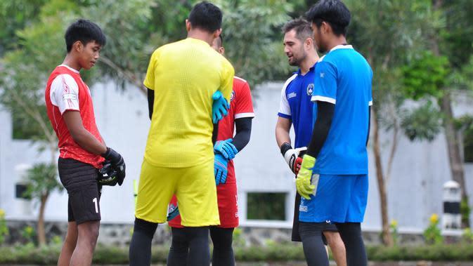 Kiper Arema FC sudah menjalani latihan bersama di lapangan UMM pada Sabtu (6/6/2020). Sesi latihan dipimpin pelatih kiper Arema, Felipe Americo. (Bola.com/Iwan Setiawan)