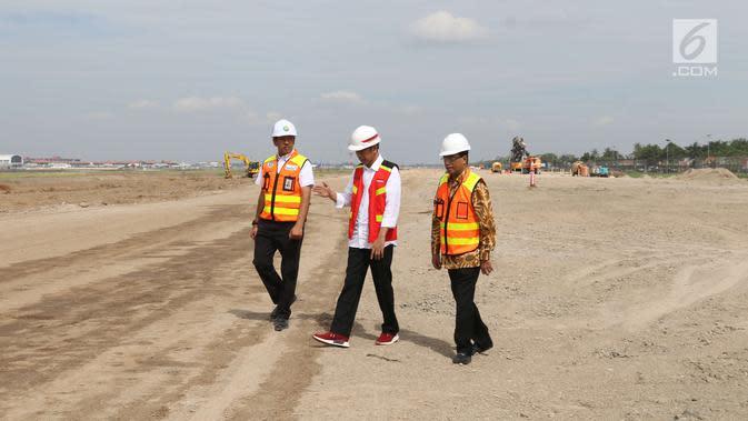 Presiden Joko Widodo (tengah) bersama Menhub Budi Karya Sumadi dan Dirut Angkasa Pura II Muhammad Awaluddin meninjau proyek pembangunan landasan pacu (runway) 3 Bandara Internasional Soekarno-Hatta, Tangerang, Kamis (21/6). (Liputan6.com/Angga Yuniar)