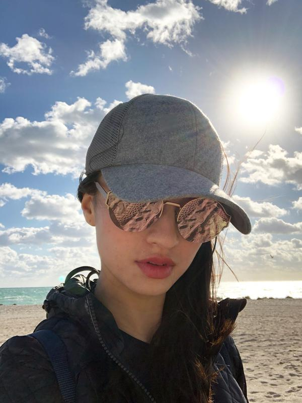Tampil sporty dengan topi dan busana hitam, pesona Raline Shah semakin terpancar dengan akcamata yang ia kenakan. (Liputan6.com/IG/@ralineshah)