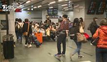 連假首日!雙鐵車站湧人潮 趕除夕前返鄉