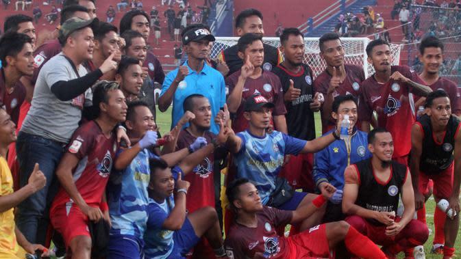 Martapura FC merayakan skor 1-1 melawan Persik di Stadion Brawijaya, Kota Kediri, Rabu (26/6/2019). (Bola.com/Gatot Susetyo)