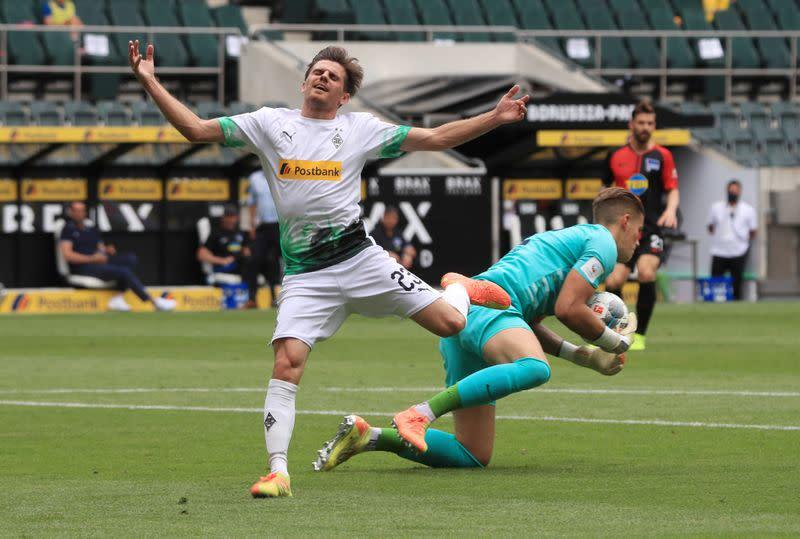 Gladbach book last Champions League spot with 2-1 win