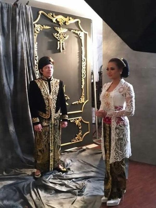 Atta dan Aurel lakoni pemotretan dengan busana adat. (Sumber: Instagram/@ahha_update)