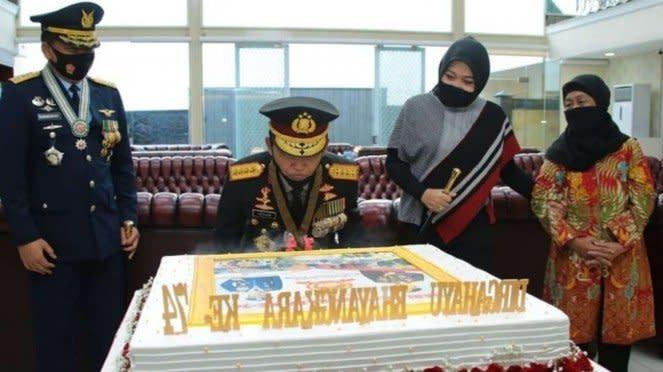 VIVA Militer: Panglima TNI Beri Kejutan Kepada Kapolri di HUT Bhayangkara Ke-74