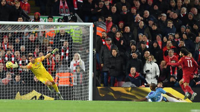 Penyerang Liverpool, Mohamed Salah ketika mencetak gol ke gawang Manchester City yang dikawal Claudio Bravo di Anfield, Minggu (10/11/2019) (Foto: Premier League)