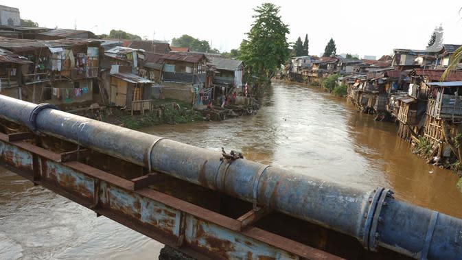 Deretan permukiman penduduk semi permanen di bantaran Sungai Ciliwung, Jakarta, Senin (5/10/2020). Pemprov DKI mencatat kenaikan angka kemiskinan Jakarta sebesar 1,11 persen menjadi 4,53 persen pada bulan September 2020 karena terdampak pandemi COVID-19. (Liputan6.com/Immanuel Antonius)