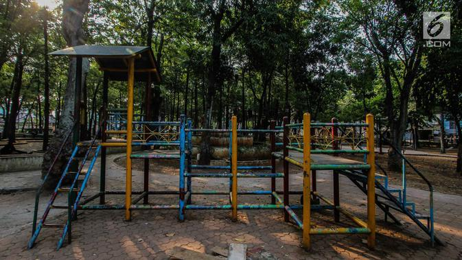 Fasilitas bermain anak terlihat di Taman Puring, Jakarta, Jumat (28/9). Pemprov DKI Jakarta akan melakukan revitalisasi Taman Puring yang mulai tak terawat pada tahun ini. (Liputan6.com/Faizal Fanani)