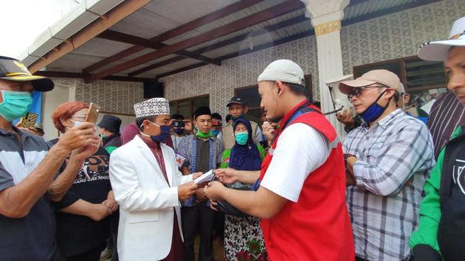Ustaz Zacky Mirza mendadak muncul di lokasi banjir bandang di kawasan Cicurug, Sukabumi. (https://www.instagram.com/p/CFldy9_hN_v/)