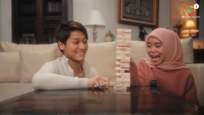 Lesti Kejora dan Rizky Billar di video klip Kulepas dengan Ikhlas. (YouTube 3D Entertainment via Brilio)