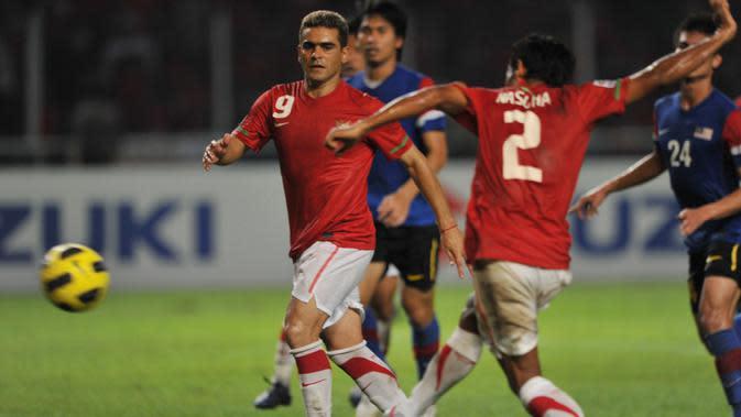 Bek Timnas Indonesia, Mohammad Nasuha, mencetak gol ke gawang Malaysia pada final Piala AFF 2010 disaksikan oleh rekannya, Cristian Gonzales.(AFP/Bay Ismoyo)