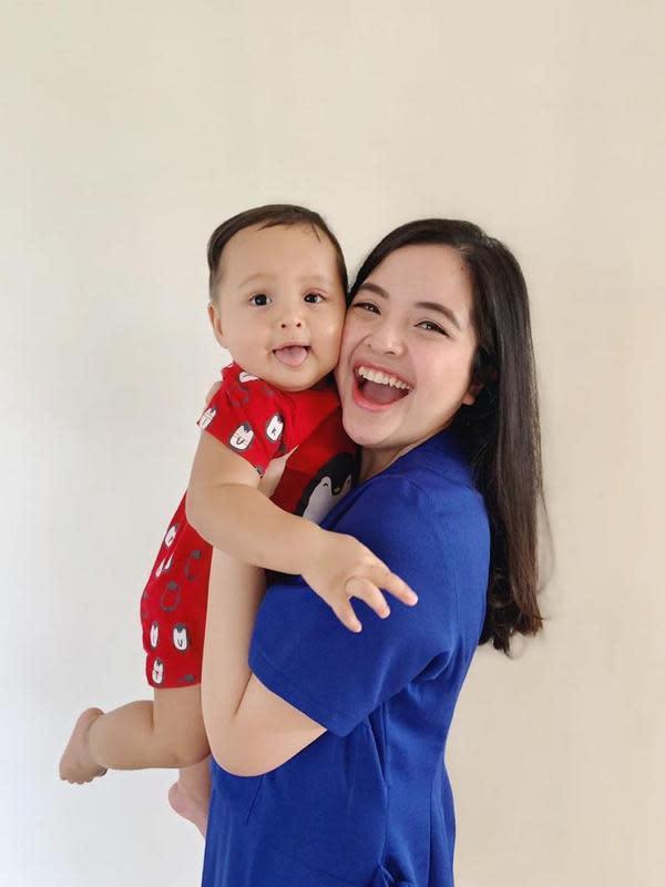 Usia Arrasya sekarang ini sudah satu tahun, artinya sudah setahun juga Tasya menjadi seorang ibu. Meskipun anaknya, masih terbilang sangat kecil, namun ternyata Tasya sudah ingin menambah momongan. (Instagram/tasyakamila)