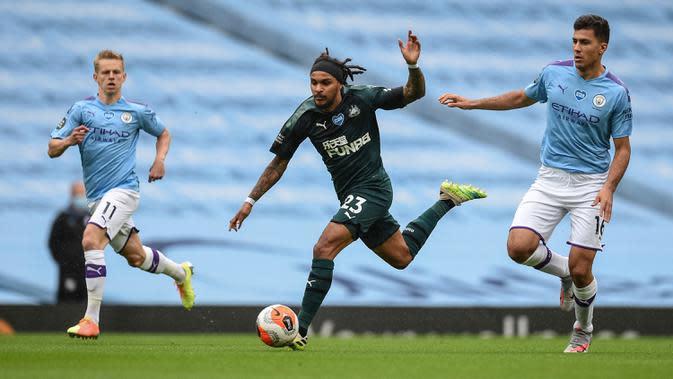 Gelandang Newcastle United, Valentino Lazaro berlari mengejar bola di depan pemain Manchester City, Oleksandr Zinchenko dan Rodrigo pada lanjutan pertandingan Liga Inggris di Etihad Stadium, Kamis (9/7/2020) dini hari WIB. Man City menang telak 5-0 atas tamunya Newcastle. (Oli Scarff/Pool via AP)