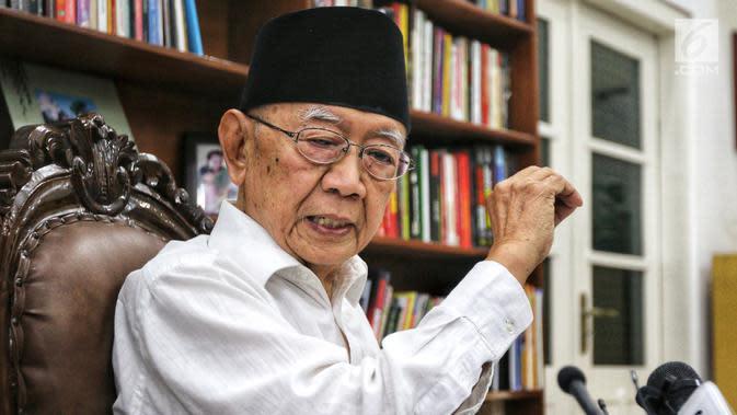 Salahuddin Wahid atau Gus Solah memberi keterangan pers ketika tim Jelajah Kebangsaan berkunjung ke Pesantren Tebuireng dan ziarah makam Gus Dur di Jombang, Jawa Timur, Rabu (20/2). (Liputan6.com/Johan Tallo)